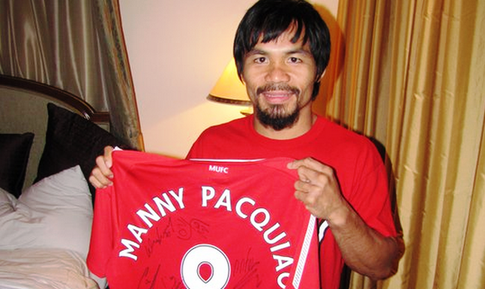 Boxer Manny Pacquiao Poses with the Man United jersey.