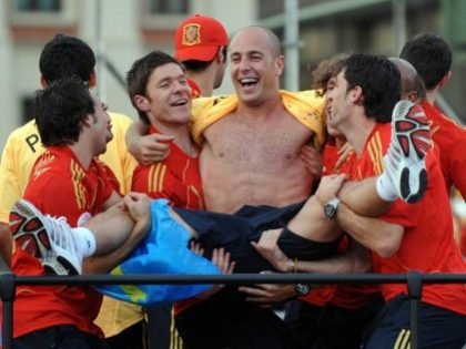 Pepe-Reina-carried-by-Liverpool-players-1